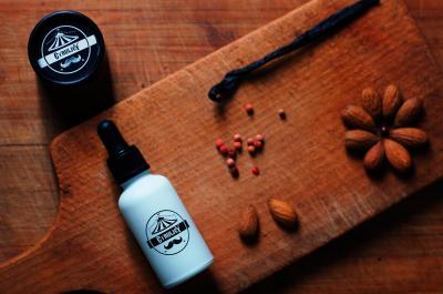Pielęgnujący olejek do brody o zapachu wanili, różowego pieprzu i migdałów.