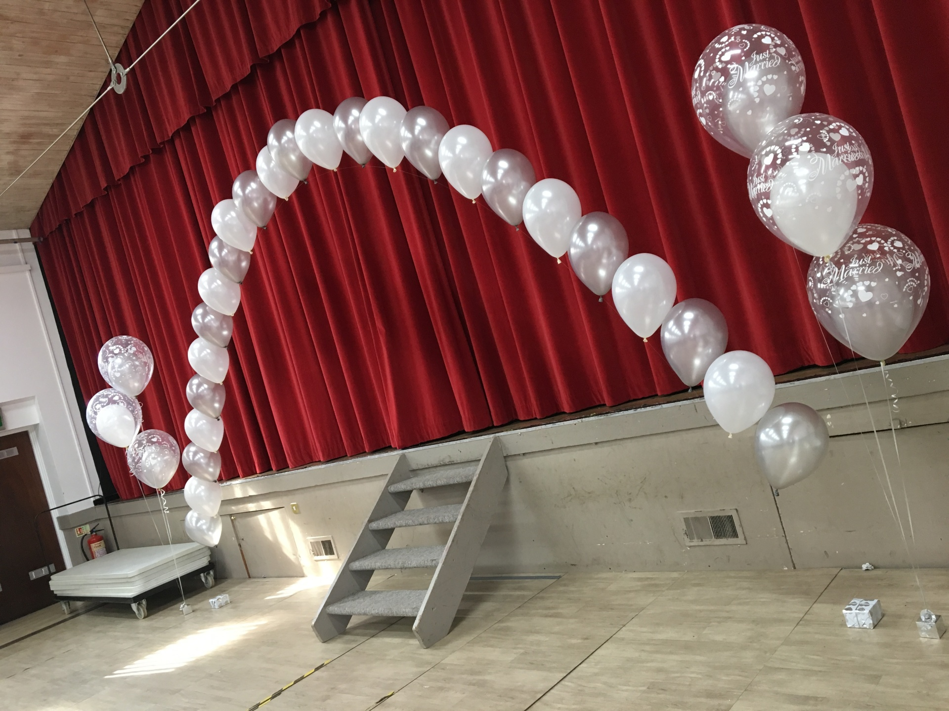 Large String of Pearl arch and double bubble floor bouquets