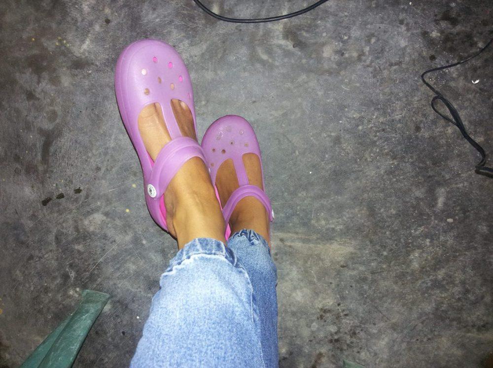 Tips Membersihkan Sandal Crocs