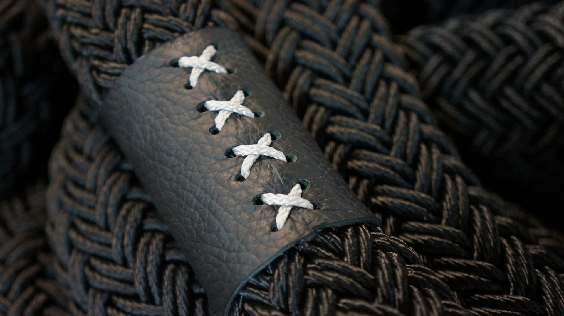 "<img src=""rope.jpg"" alt=""leather"">"