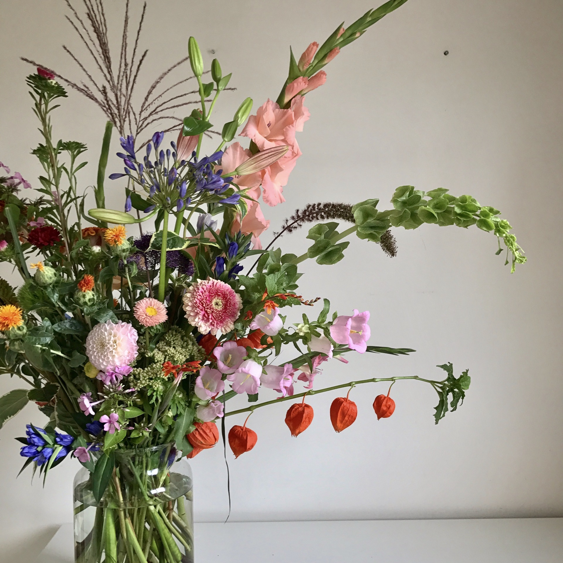 Urn arrangement | natural flowers | natural bouquet | london florist | wedding flowers | meadow flowers | wedding florist london | luxury florist | top london florist | top 10 london florist | best florist | best london florist