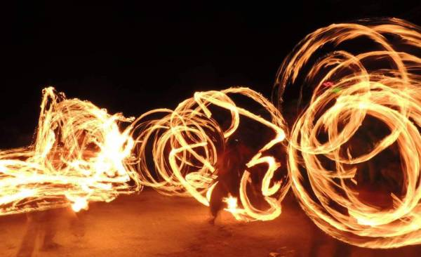Fire poi artists on the Vama Veche beach - © Alina Vasilcan