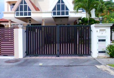 PRIVACY DRIVEWAY GATE WITH VERTICAL WOOD