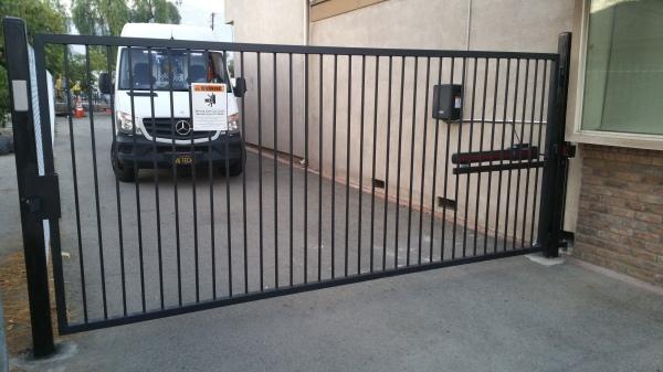 New swing driveway gate