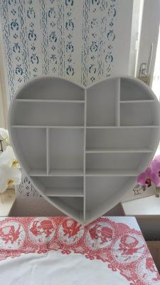 Wooden shelf in shape of hart