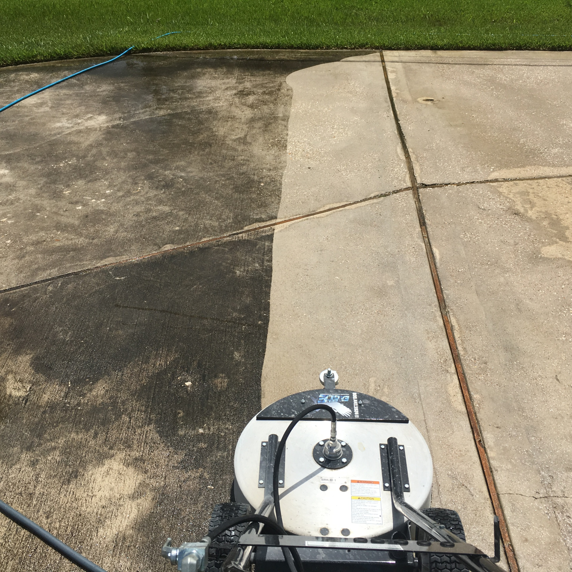 Driveway concrete pressure washing deep cleaning in pearland texas