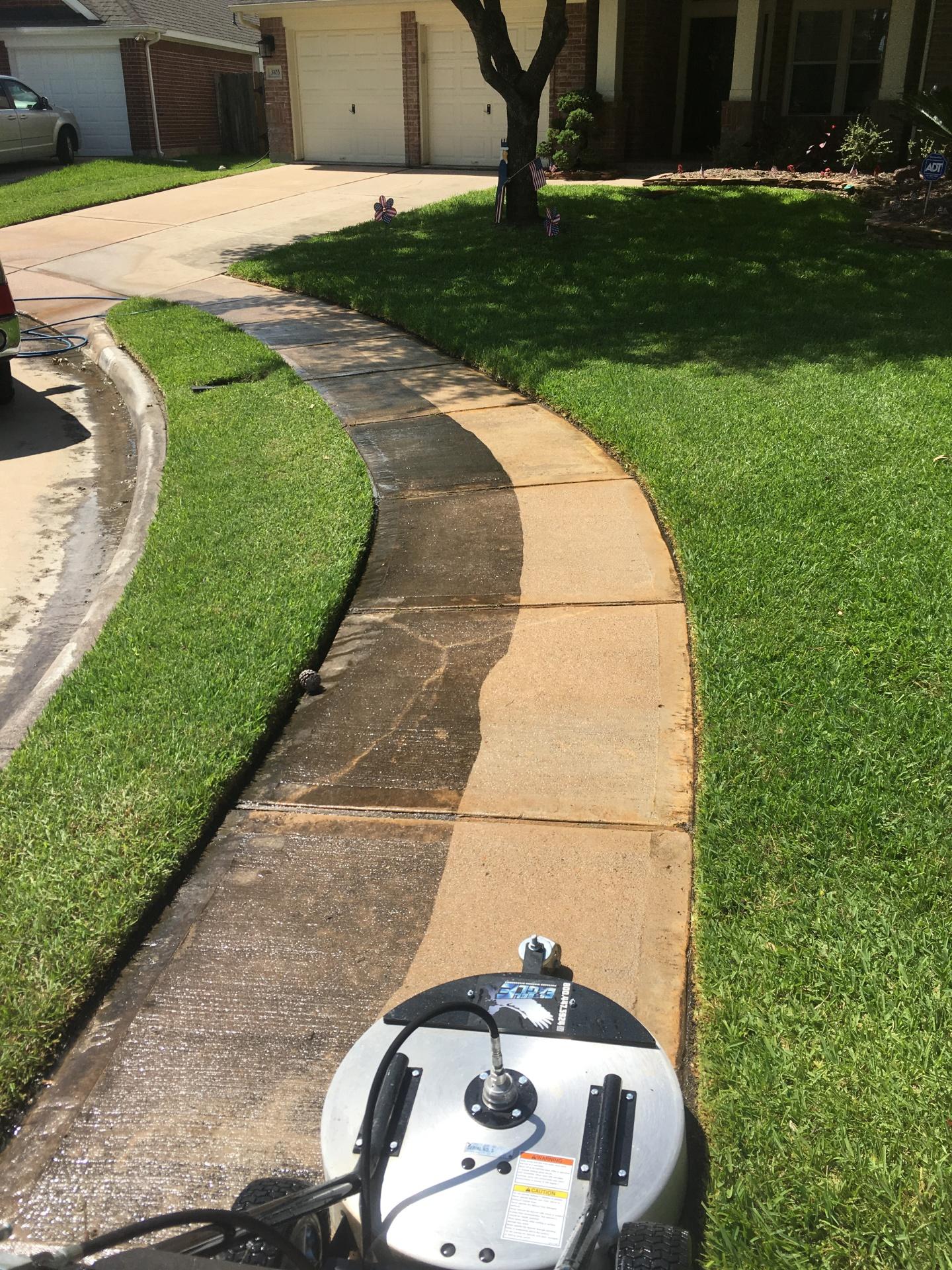 Sidewalk concrete pressure washing in pearland texas