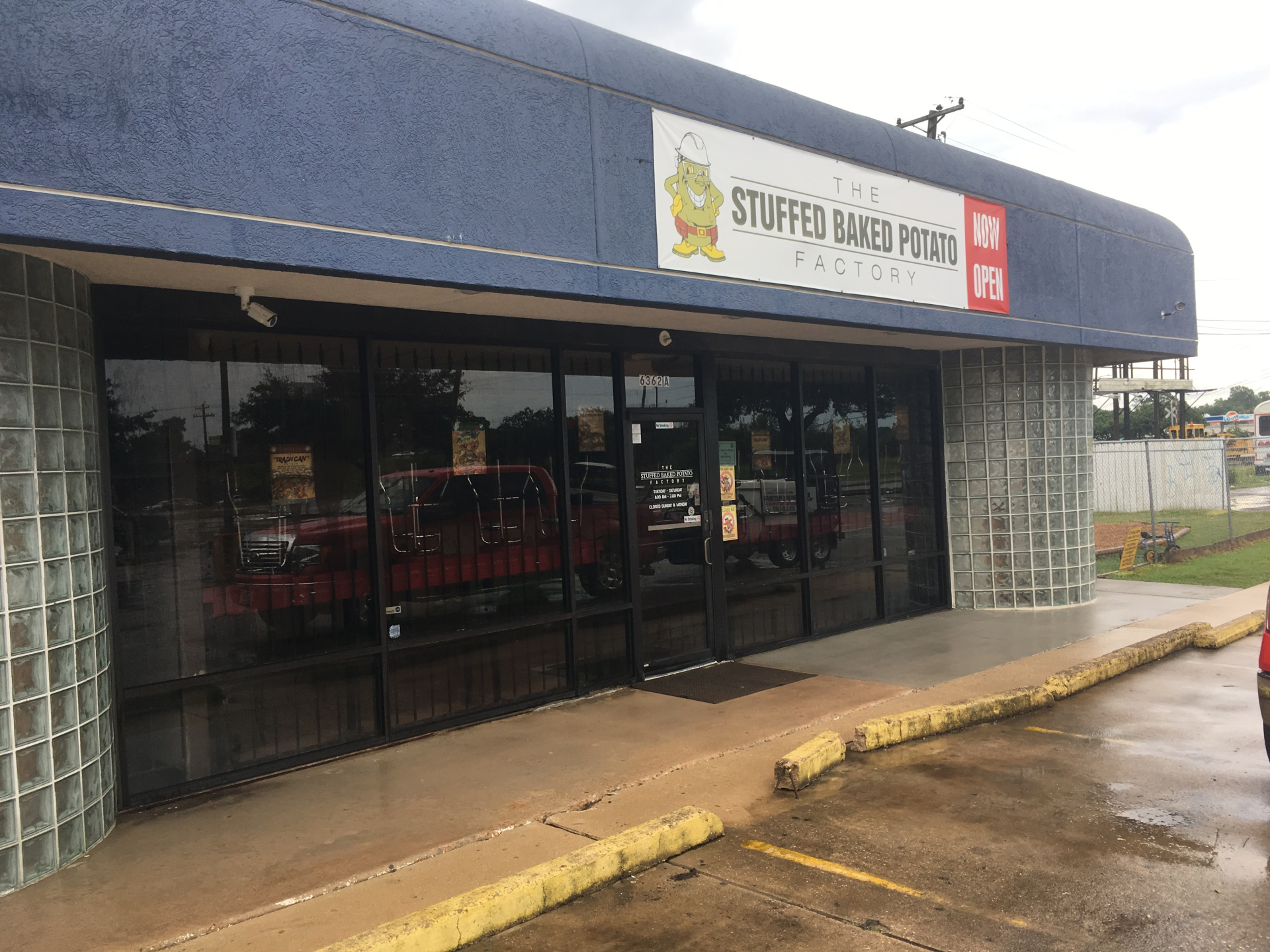 commerical building store front pressure washing