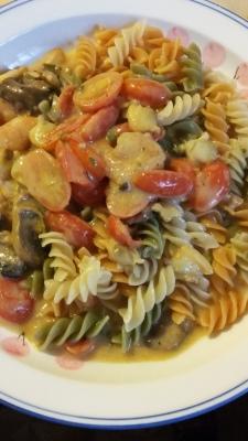 Cherry tomatoes mushroom shrimp clam multi-grain noodle in white sauce