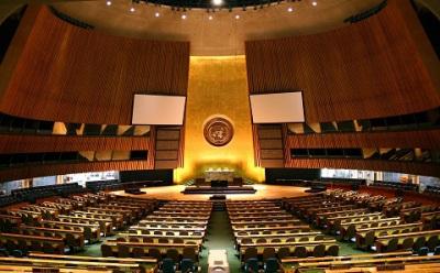Asamblea General de las Naciones Unidas, fotografía de Patrick Gruber, via Wikimedia Commons.