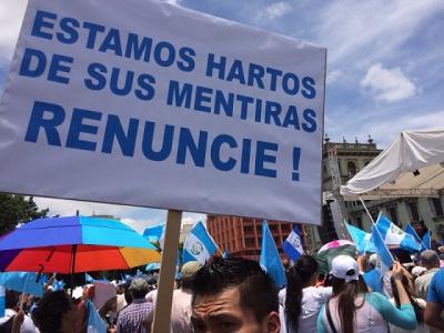 Manifestantes en la Plaza de la Constitución de la Ciudad de Guatemala; fotografía via Wikimedia