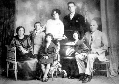 Familia Arévalo en la década de 1920.  Imagen tomada de Wikimedia Commons.