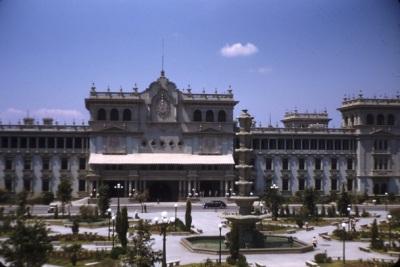 Parque Central y Palacio Nacional en la época del accidente del presidente Arévalo.