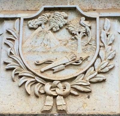 Escudo de Los Altos, tallado en piedra. Cementerio de Quetzaltenango.