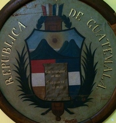 Primer escudo de Guatemala, durante el régimen conservador de 1848.  Museo Nacional de Historia