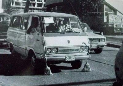 """Un clásico """"ruletero"""" con escobas para limpiar las tachuelas del camino."""