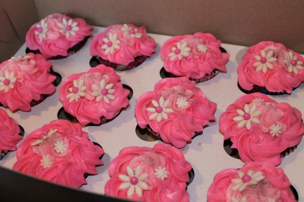 Flower Cupcakes with Edible Glitter to Match Cake