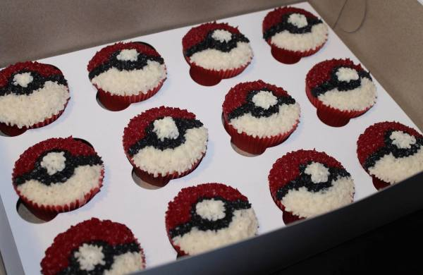 Pokemon Cupcakes to match Poke Ball Cake