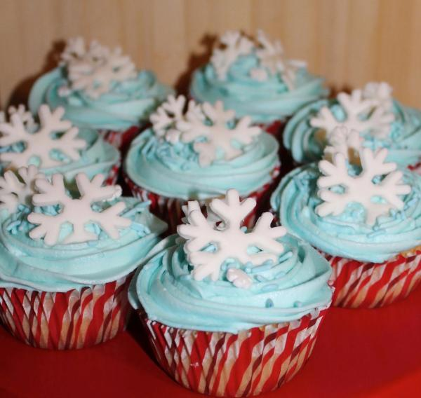 Talent 2 Design Holiday Snowflake Cupcakes