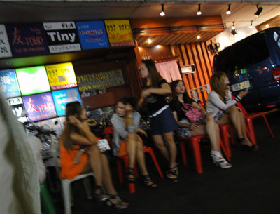 nightlife girls at thaniya plaza bangkok