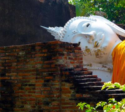 Eine liegende Buddha Statue in Ayutthaya