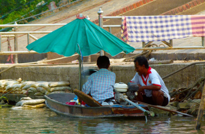 people on the chao praya river
