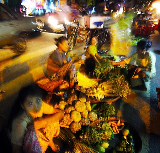 night market on Anawrahta Road