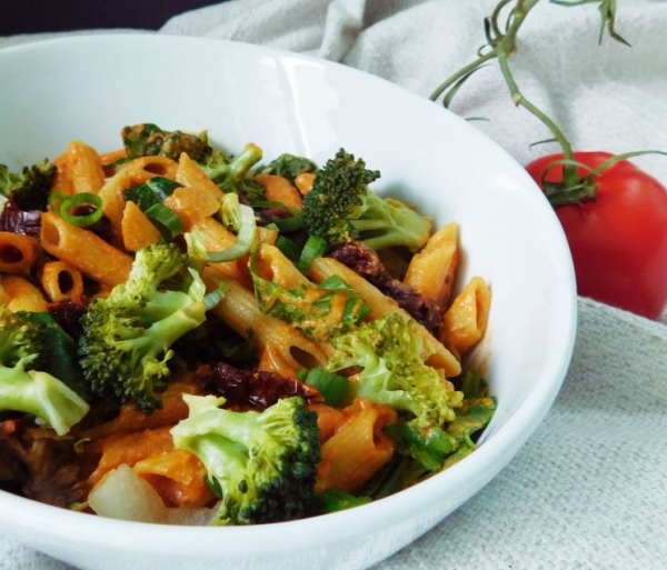 Sun-dried rose sauce pasta with green veggies