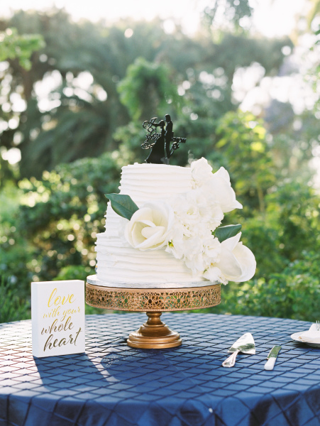 White Cake - Blue Pintuck linen and Gold Rose Stand