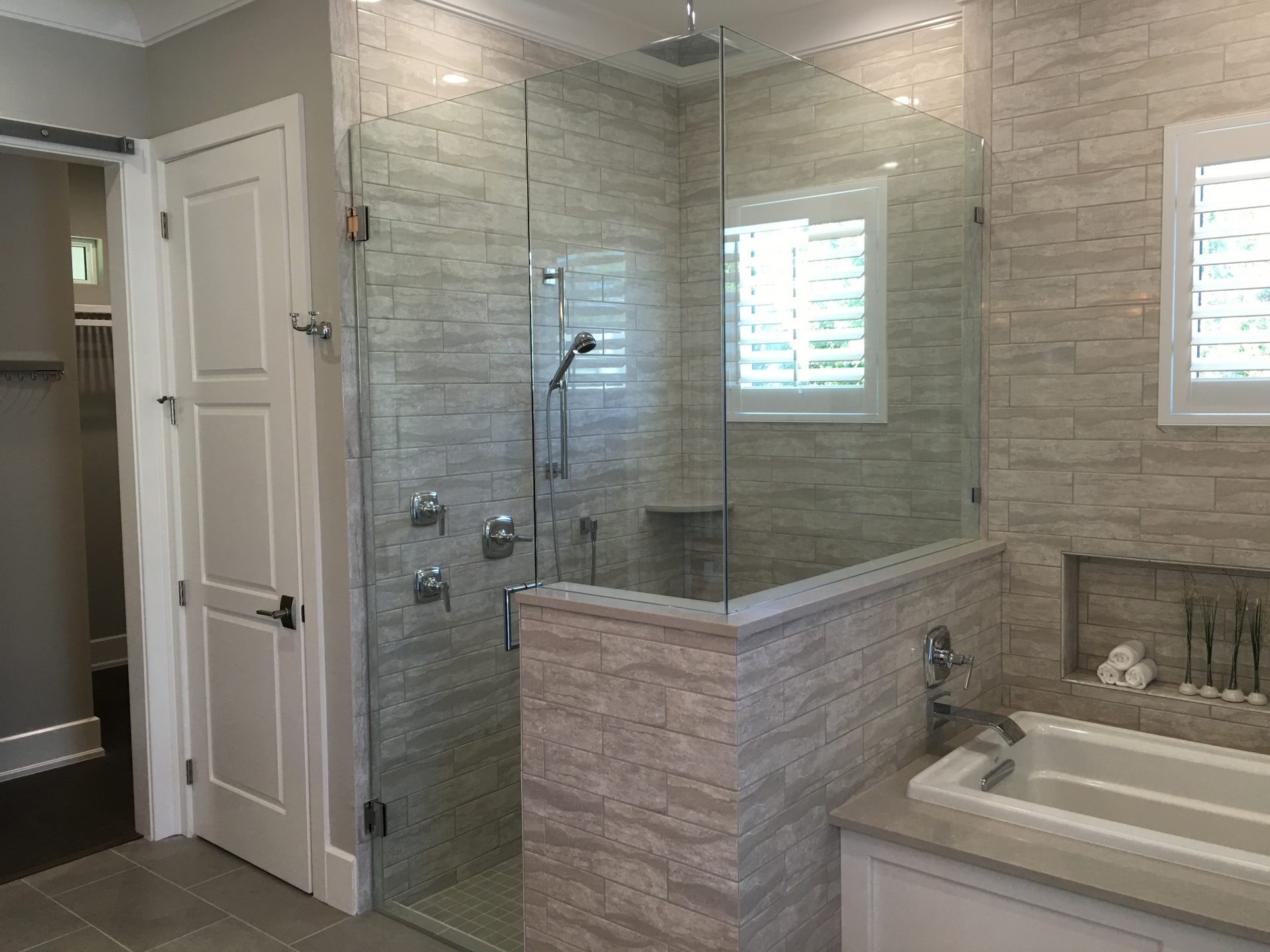 CUSTOM MIRRORS & SHOWERS
