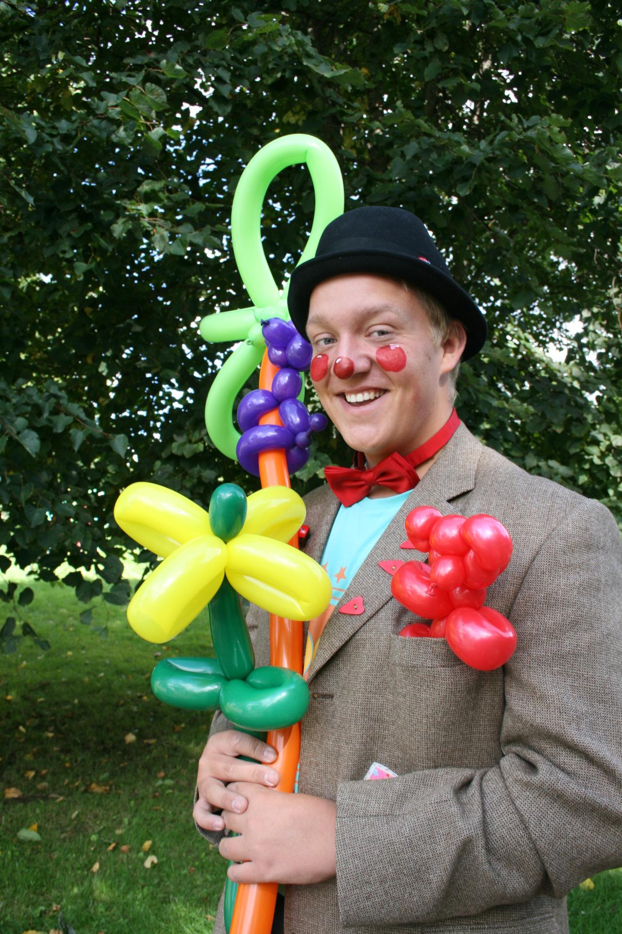 Ballongartister som lager ballongfigurer til barna