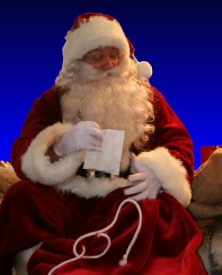 Julenissen deler ut godteposer