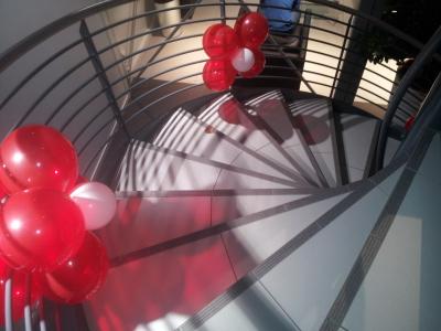Punktdekor trapper, stolper og rekkverk i bilbutikk