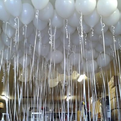Ballonger med bånd i taket