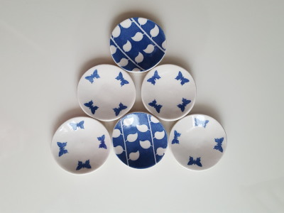Small blue and white dishes with blue butterflies or leaves. Each dish 8cm.