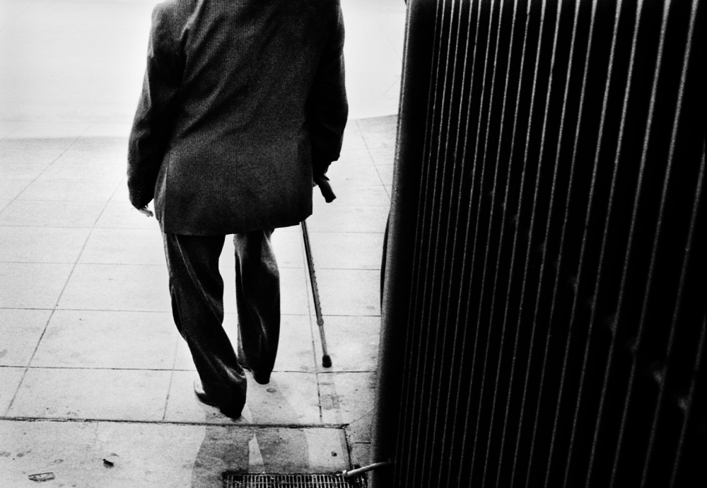 Street photography, Los Angeles Mon amour, Leica, black and white, Broadway street, Man with cane,