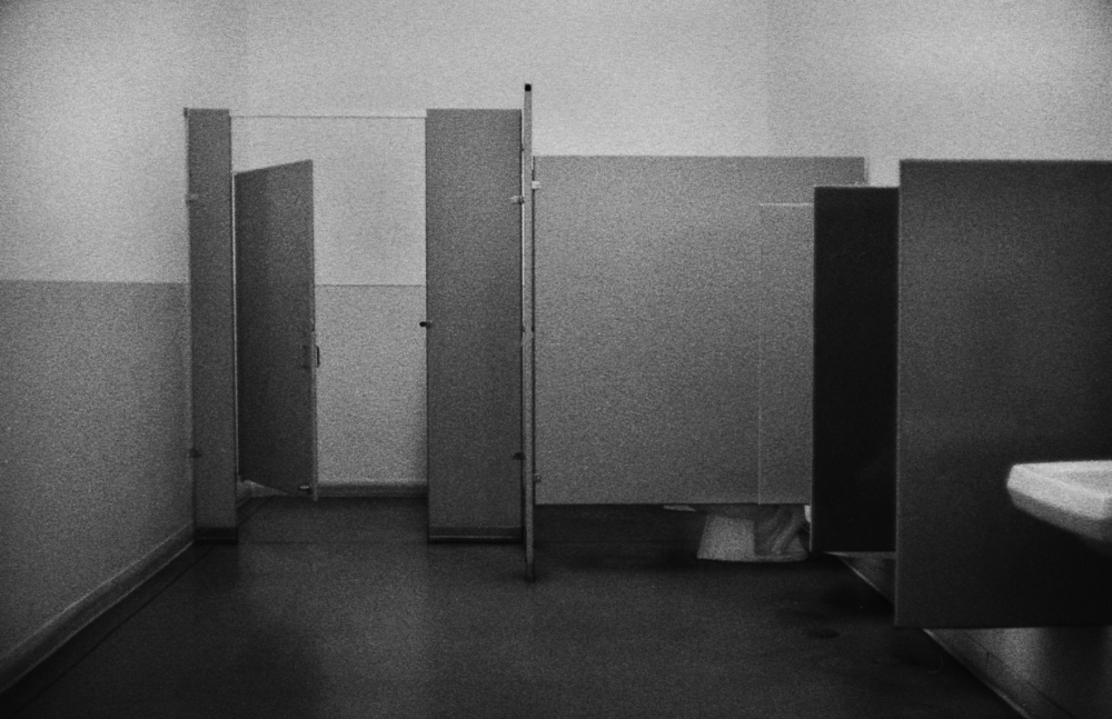 Street photography, Los Angeles Mon amour, Leica, black and white, public restroom,