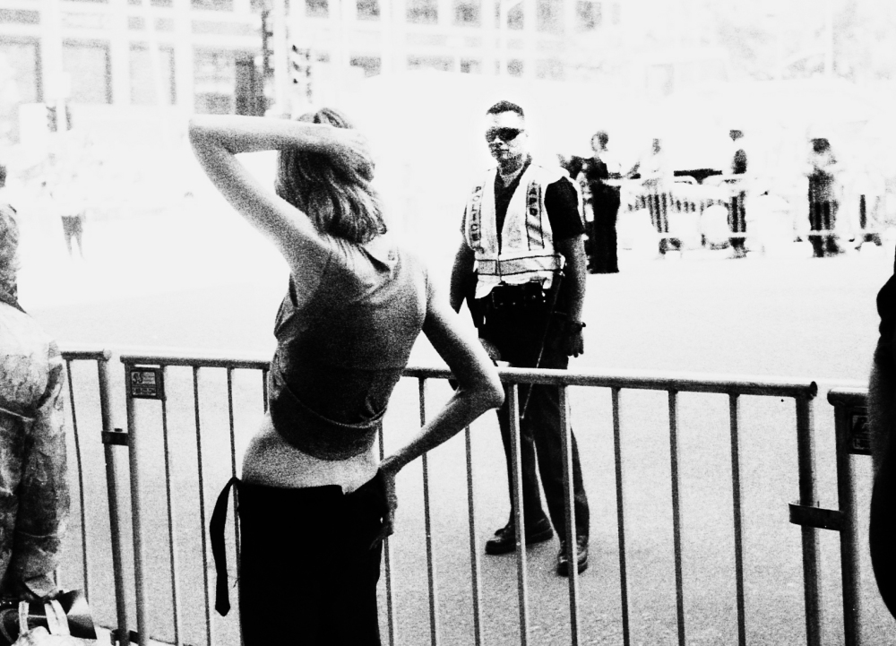 Street photography, Los Angeles Mon amour, Leica, black and white, Grand Street, woman and police officer,