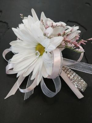 wedding, grad, graduation, prom, corsage, daisy, romantic, feminine, girly, girlie, entertainers, vase, lumsden, regina, craven, regina beach, buena vista