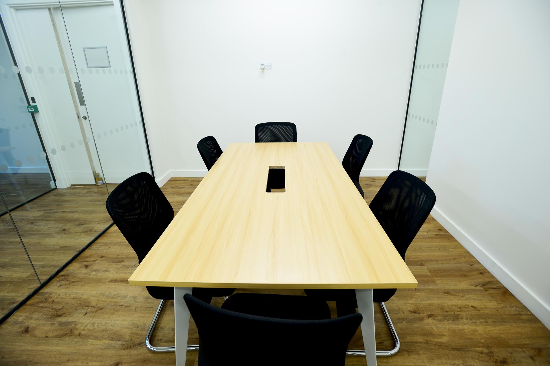 6 people meeting room