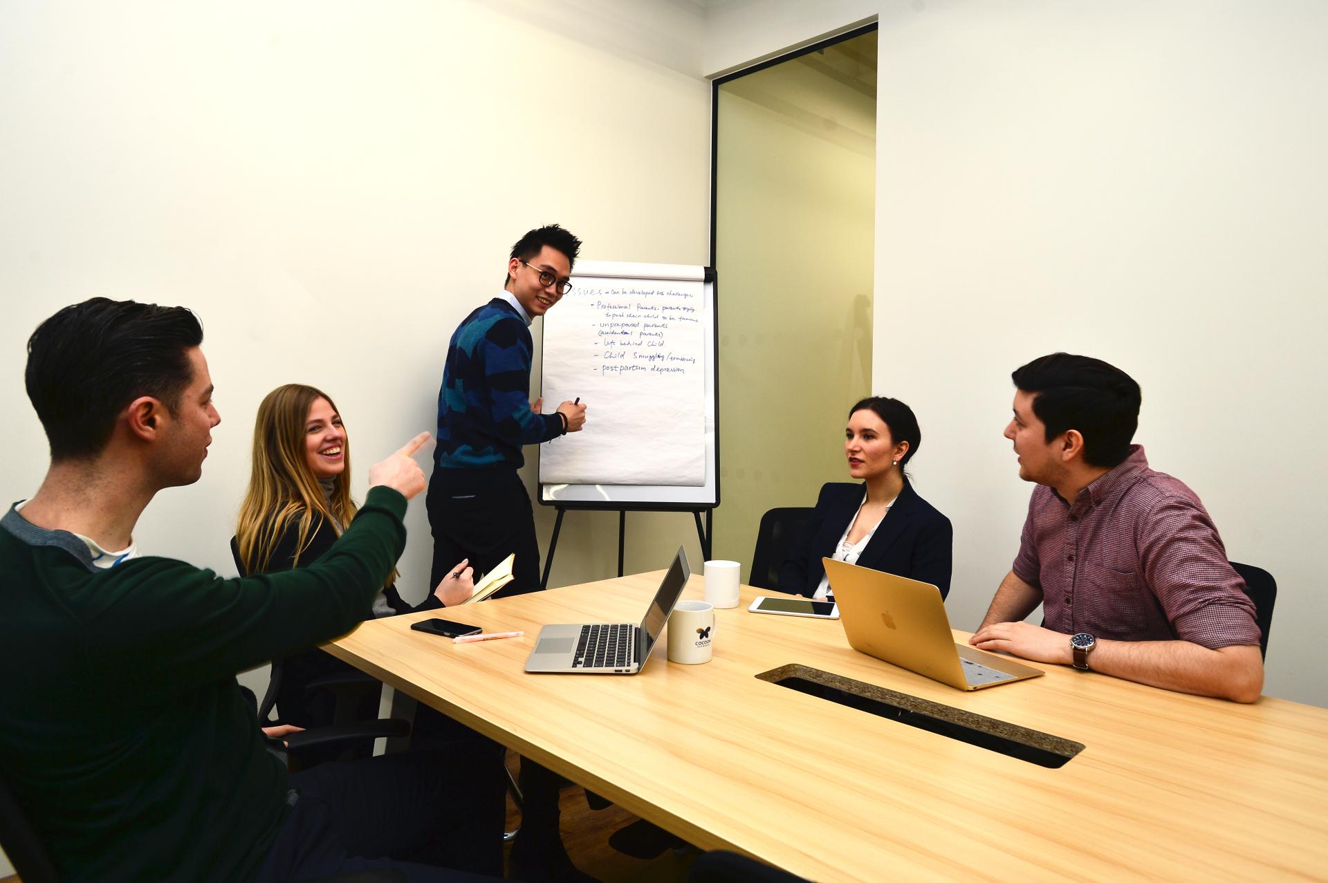 8 people meeting room