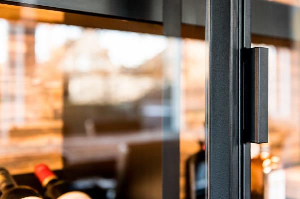 stalen ramen en deuren binnendeur wijnkast