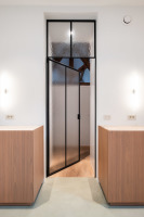 Fraam stalen ramen en deuren kaderdeur in staal met L-greep en vast bovenlicht / kathedraalglas