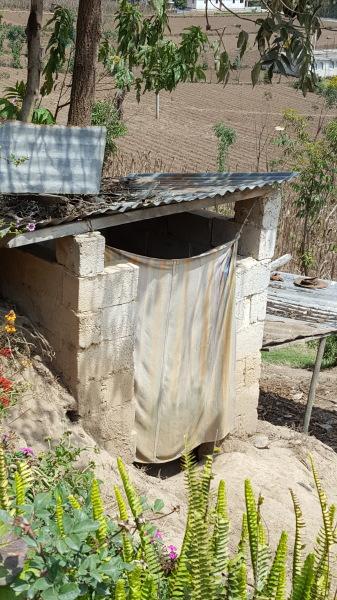 A Guatemalan restroom   Un baño guatemalteco