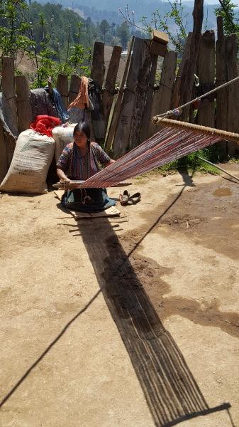 A Guatemalan weaver   Un tejedor guatemalteco