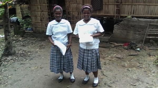 Skoluniformer till Aetas flickor