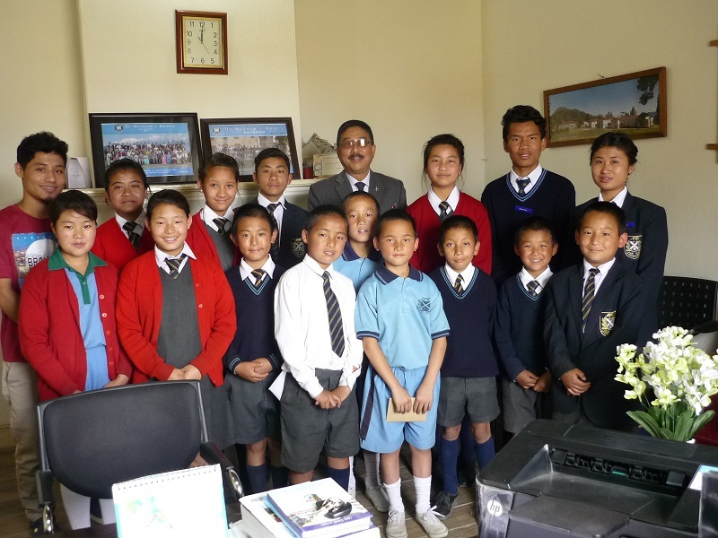 2016: Pupils with the Headmaster of Dr Grahams
