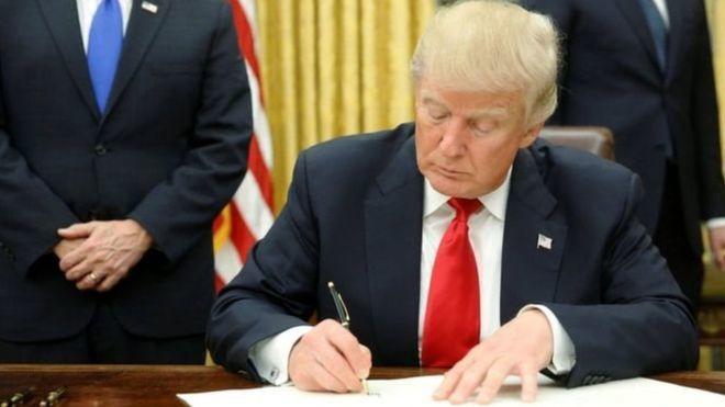 Donald Trump oo shaqada ku bilaabay saxiixa amarkii ugu horeeyay