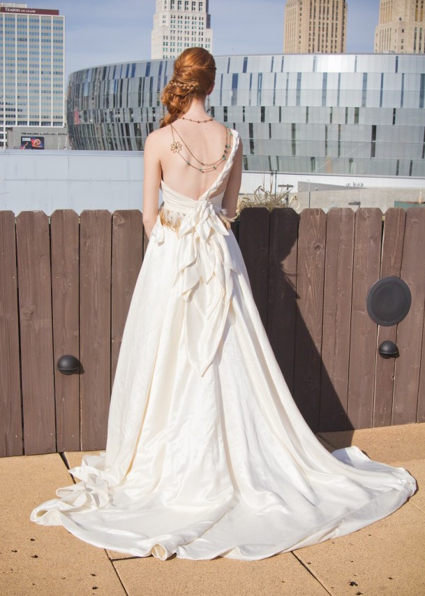 low back wedding dress, one shoulder, braided wedding gown detail, wedding dress with pockets, silk hemp fabric, janay a, high vibe bride, kc rooftop view, kansas city weddings, hipster bride