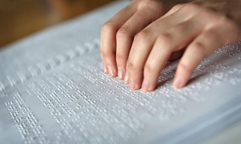"""Una emprendedora argentina diseña ropa """"en braille"""""""
